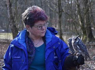Foto: (A. Bücker) Carola De Marco bei der Greifvogelwanderung