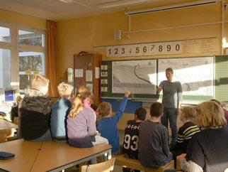 Patricia Cantarella vom NABU Haltern am See begrüßt die Kinder der Silverberggrundschule