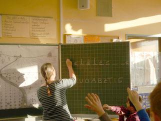 Die Grundschüler müssen den Vogel des Jahres beim Galgenmännchenspiel erraten