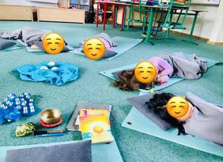 Kindergruppe bei der Entspannung