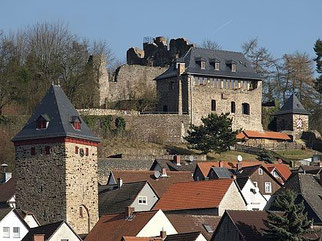 Blick auf Stadtturm, Burghaus und Burgruine