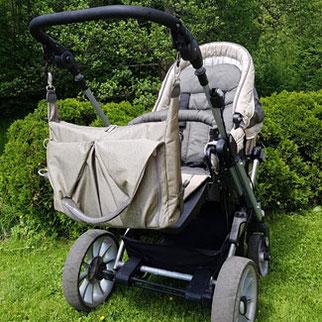 Lässig Wickeltasche am Kinderwagen befestigen