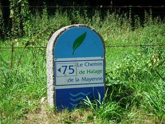 Borne chemin de halage en Mayenne