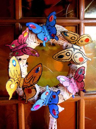 Papillon doré sur couronne de porte