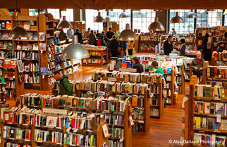これはシアトルにある書店。ここまで大きくなくていいけど、書棚の感じとかはイメージに近い