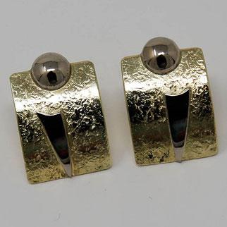 Ohrring aus Gold und einer Kugel aus Weißgold