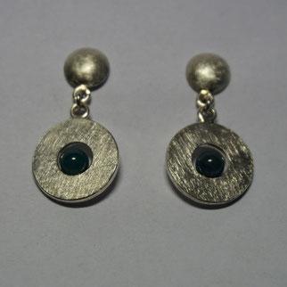 Ohrhänger mit eismatter Oberfläche und blauem Edelstein