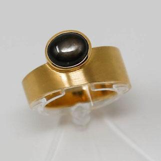 hochwertiger Ring aus Gelbgold mit Sternsafir