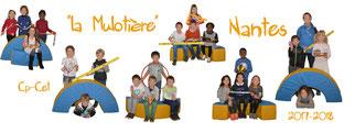 photo panoramique format 15x30 ou 15x40 prise à l'intérieur sur font blanc avec les enfants en situation par petit groupe assis sur des coussins avec des régles,