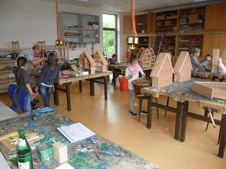 Schüler beim Bauen der Insektenhotels, Foto NABU GG