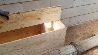 Schleiereulen-Kasten von innen: der Vorraum am Einflugloch ist vom Brutraum abgetrennt. Im Vorraum nistet manchmal ein Turmfalke (Foto: Charline Shimmura)