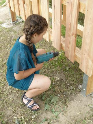 Beim festmachen der Latten für das große Insektenhotel, Foto NABU GGen