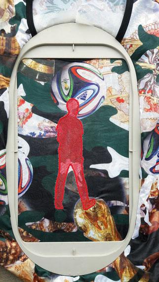 Broderie numérique d'une silhouette en marche sur un tee shirt trouvé à Albina au Surinam.