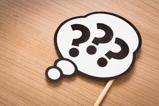 Werkbank mit Werkzeug und Teilen
