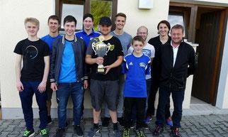 Die Siegermannschaft freut sich über den Wolfgang-Galli-Wanderpokal