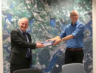 Stellvertretend für die Projektgruppe überreicht Albrecht Bechmann, Vorsitzender des NABU Potsdam, das ehrenamtlich erarbeitete Glas-Kataster an Herrn Beigeordneten Rubelt. (Foto: C. Persch)