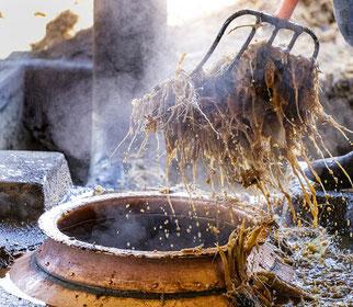 Destilador de cobre con mosto de agave cenizo