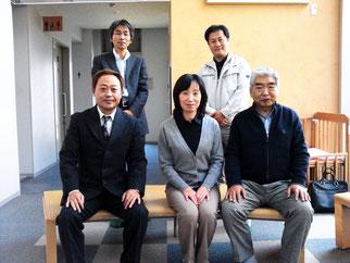 前列右から沖理事長補佐、箱田施設長、高崎理事長、後列右から渕上会員、大川会員