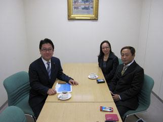 左から島田議員、伊藤会員、高崎理事長