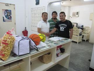 Bahay Bata Center - Angeles, Pampanga Philippinesへ支援物資の贈呈と寄付をする高崎理事長