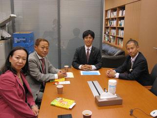 アドバイスを頂いた、よこくめ議員と議員室にて(右から)今井会員、よこくめ議員、高崎理事長、伊藤会員。