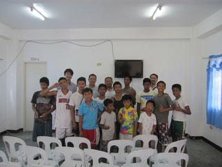 教室でFKJメンバーと記念撮影