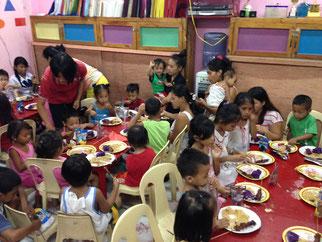 総勢80名以上で食事中の子供達