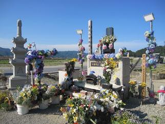 大川小学校の慰霊碑へ献花