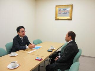 具体的な支援の協力を話し合う島田議員(左)と高崎理事長(右)