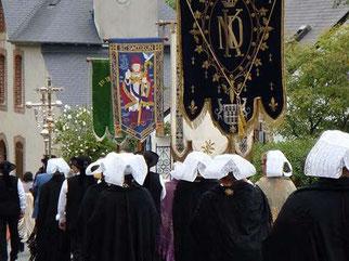 5- Les croix et bannières des paroisses voisines font un cortège d'honneur à la statue de la vierge de ND de Kernitron