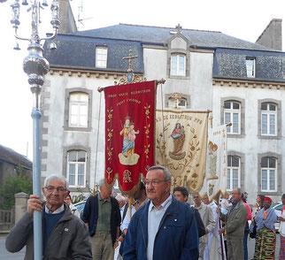 2-Après une pause « casse-croûte » à la maison paroissiale,  la procession repart tandis que les cloches de l'église et de la chapelle sonnent ensemble à toute volée.