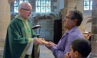 A St Melaine, c'est des mains du P. Yves Laurent que les enfants et leurs parents ont  reçu la Parole de Dieu.