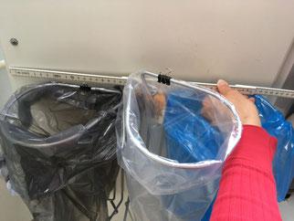 Affaldssortering i en køkken til et skab med affaldssorteringssystem Flower 2