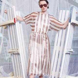 Gestreiftes Seidenkleid von Bitten Stetter. Aus der Kollektion Vantage. Zarte transparente Seide mit Streifen in braun.