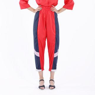 Lässige Hose mit Gummizug in der Taille. Von Bitten Stetter. Rot, blau, fliederfarbener Farb-Mix.