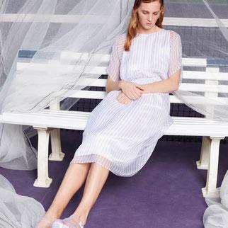 Gestreiftes Seidenkleid von Bitten Stetter. Aus der Kollektion Vantage. Zart transparente Seide in weiß mit fliederfarbenen Streifen.