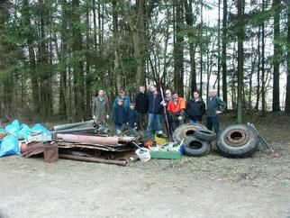 NABU-Gruppe sammelt Müll am Katzenbuckel.