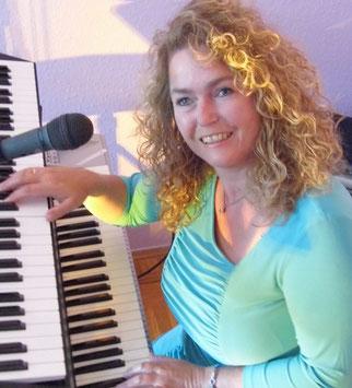 Live Musik mit Alleinunterhalterin Angelika