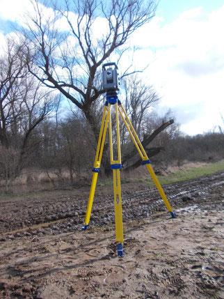 Dieses Gerät wird auch auf Großbaustellen verwendet. Es ist mit anderen über Laserstrahlen verbunden und kann damit ihre genaue Position im Gelände überwachen.