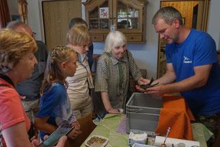 Beim Besuch der Wildvogelhilfe des NABU Leipzig gab es Informationen zur aufwändigen Pflege in Not geratener Mauersegler.