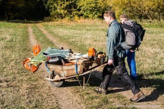 Die Schubkarre erleichterte den Transport der Werkzeuge zur Wiese. Fotos: Ludo Van den Bogaert