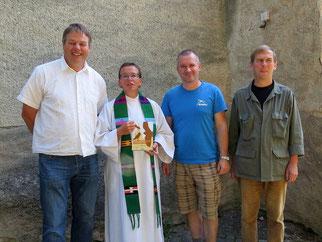Wolfgang Kulick (rechts) und Karsten Peterlein (2.v.r.) vom NABU Leipzig haben die Plakette an Gemeindemitglied Sebastian Krause (links) und Pfarrerin Christiane Thiel überreicht. Foto: Bettine Reichelt