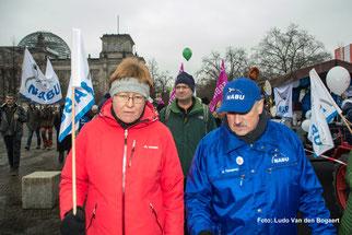 Unter den Demonstranten war auch NABU-Präsident Olaf Tschimpke (rechts). Foto: Ludo Van den Bogaert