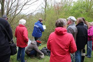 Am Rand der Papitzer Lachen informierte René Sievert die Teilnehmer über deren Entstehungs- und Nutzungsgeschichte. Foto: Beate Kahl