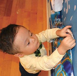 キャンバス鯉のぼり 青鯉をボタンに引っ掛ける