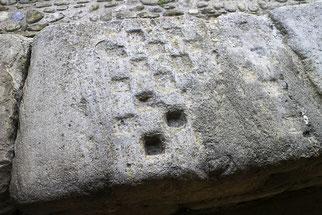 Bild: Schachbrettmuster in der Abbaye Saint-Hilaire