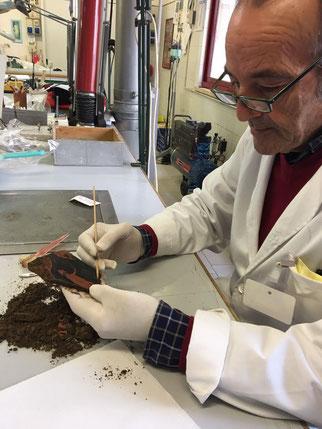 Technicien nettoyant le fragment. Credit: Parc Archeologique de Paestum