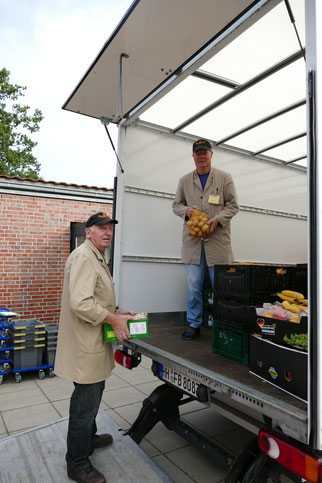 Hier werden die Spenden für die Soltauer Tafel von Helfern nach der Abholung von den einzelnen Supermärkten entladen.
