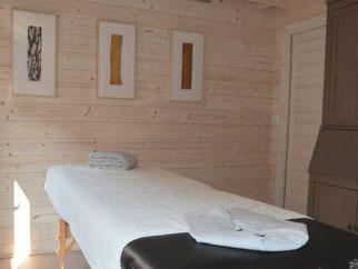 De warme sfeer van de houten blokhut draagt bij aan de ontspanning.