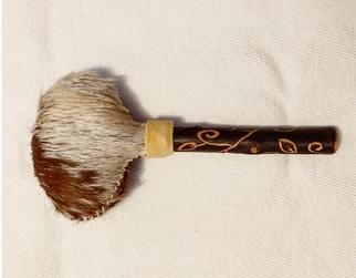 R6 Rassel Ziegenhaut, Griff Buche gefräßt, gefüllt mit Kirschkernen, Länge 19 cm, 35€